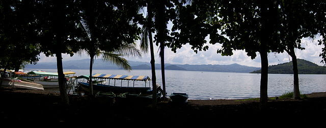 """""""Laguna de Catemaco"""" by Gunnar Wolf - Own work. Licensed under CC BY-SA 3.0 via Wikimedia Commons - https://commons.wikimedia.org/wiki/File:Laguna_de_Catemaco.JPG#mediaviewer/File:Laguna_de_Catemaco.JPG"""